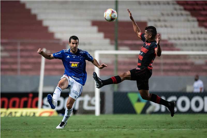 Raúl Cáceres em lance de jogo: vacilo em casa (Foto: Bruno Haddad/Cruzeiro)