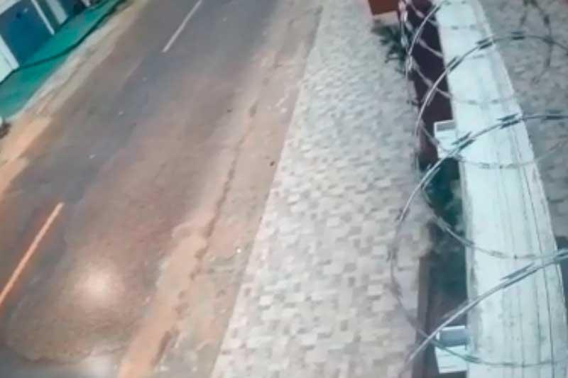 Em rua de Boa Vista, muro balançou (Foto: Reprodução)