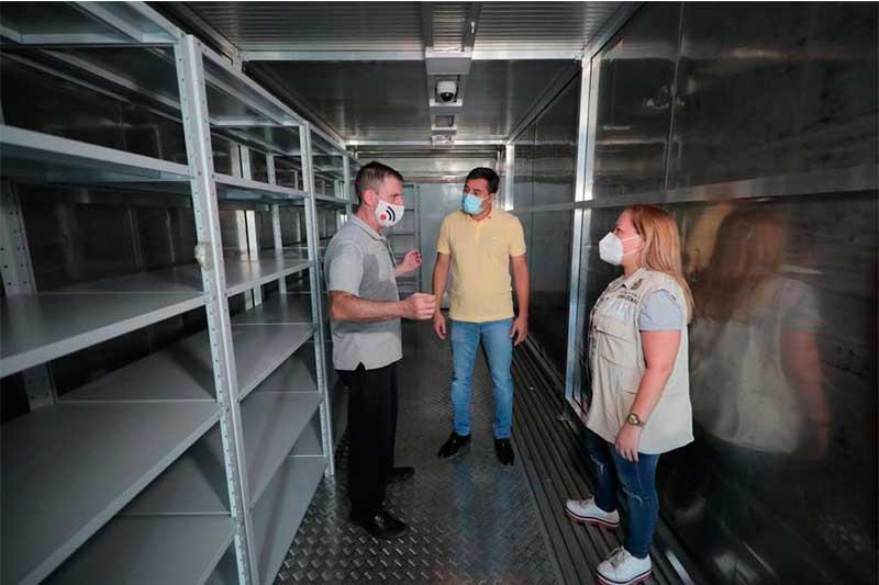 Wilson Lima conheceu contêiner para armzenar vacinas (Foto: Diego Peres/Secom)