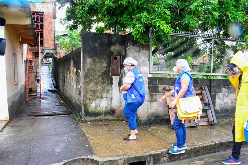 Agentes de saúde procuram idosos para vacinar (Foto: Valdo Leão/Semcom)