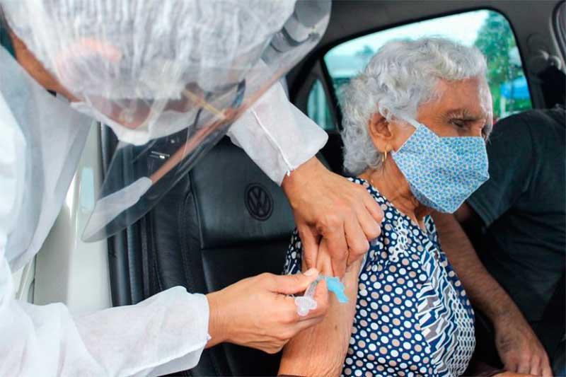 Aplicação de vacina em idoso: grupo prioritário (Foto: João Viana/PMM/Semcom)