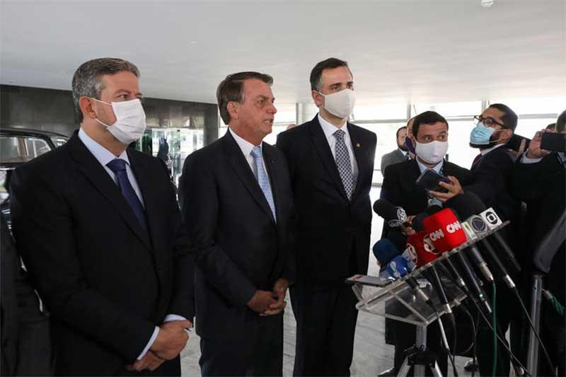 Presidente Jair Bolsonaro entre Arthur Lira e Rodrigo Pacheco (Foto: Marcos Corrêa/PR)