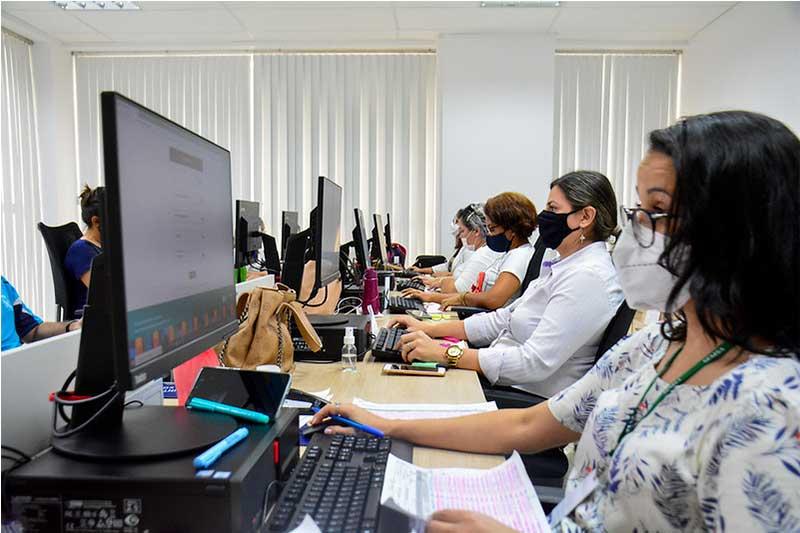 Atendentes do Imuniza Manaus: cadastro para vacina (Foto: Valdo Leão/PMM-Semcom)