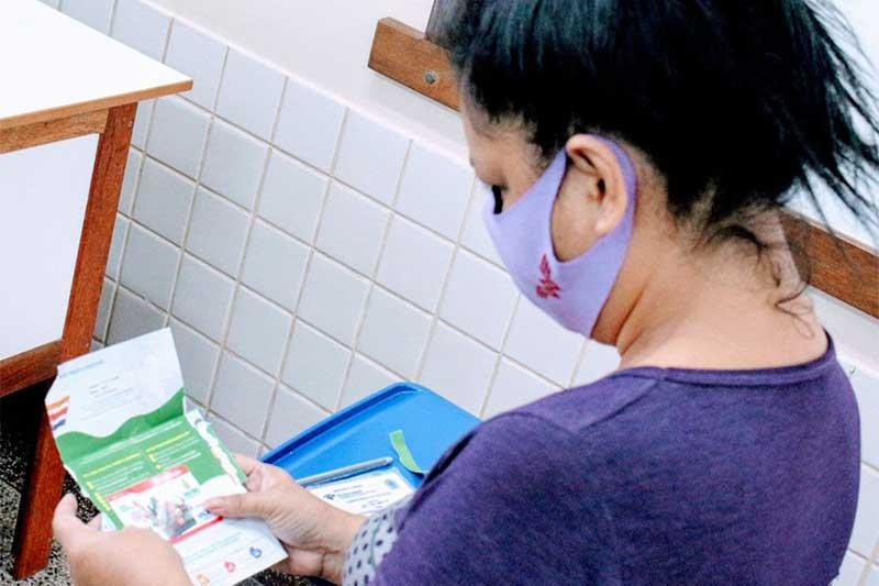 Cartão dá direito a compra de alimentos e produtos de limpeza (Foto: Djalma Júnior/Secom)