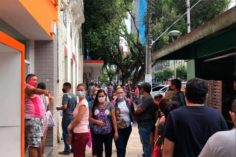 Clientes em fila para atendimento em banco: aglomeração (Foto: Murilo Rodrigues/ATUAL)