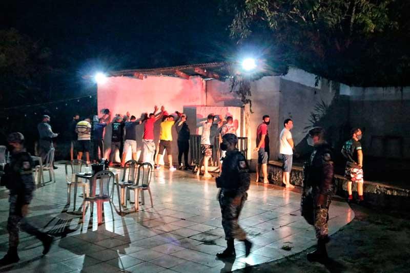 Frequentadores de festa clandestina são detidos (Foto: Carlos Soares/SSP-AM)