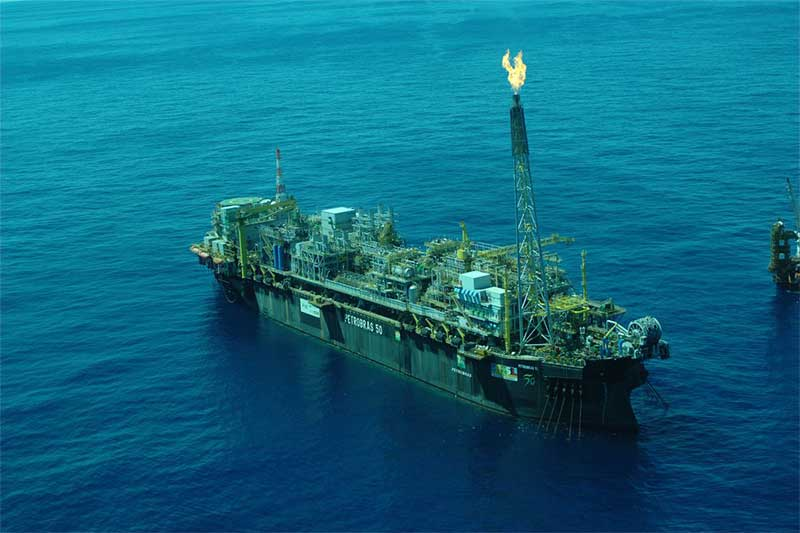 Navio plataforma da Petrobras: produção de petróleo em alta (Foto: Stéferson Faria/Agência Petrobras)
