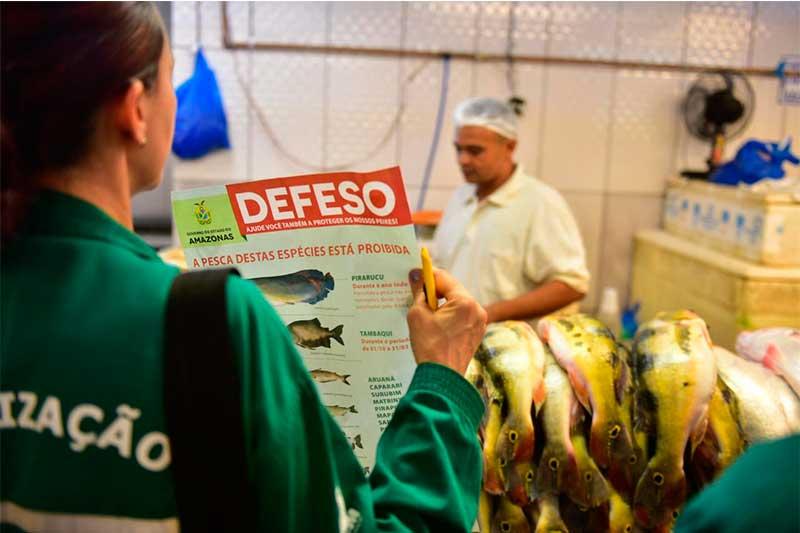 Agente do Ipaam em ação educativa sobre o defeso antes da pandemia (Foto: paam/Divulgação)