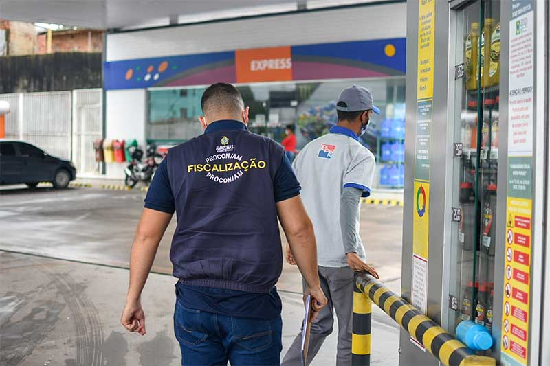 Agente do Procon inspeciona posto de combustível: concorrência mínima de preços (Foto: Procon-AM/Divulgação)