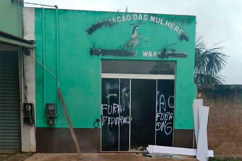Associação das Mulheres Munduruku Wakoburun foi pichada e vandalizada (Foto: Facebook/Reprodução)