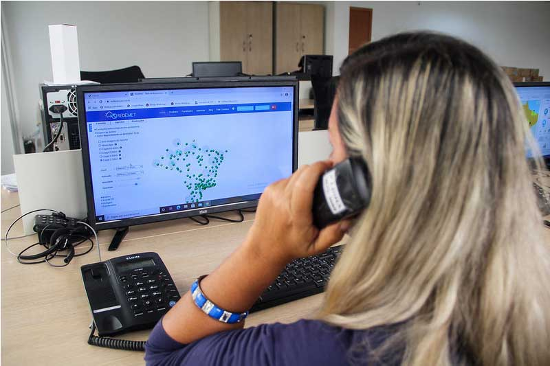 Atendente recebe dados para inclusão no Vacinometro: reforço militar (Foto: João Vianna/PMM Semcom)