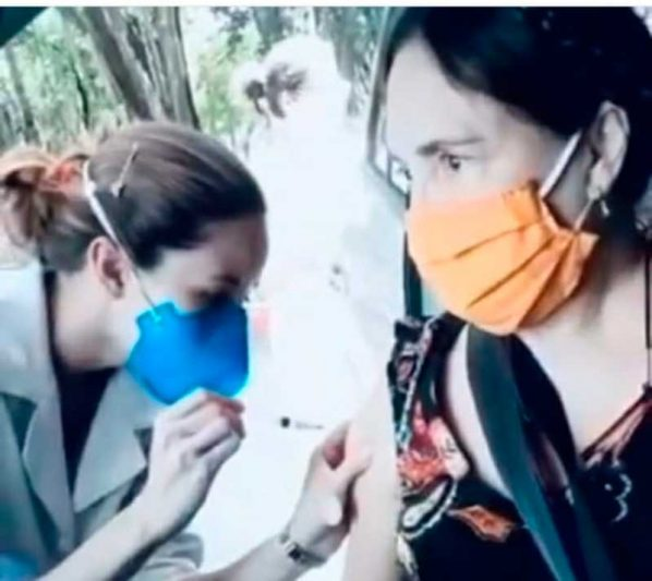 Atriz Regina Duarte recebe vacina contra a Covid-19 (Foto: Instagram/Regina Duarte/Reprodução)