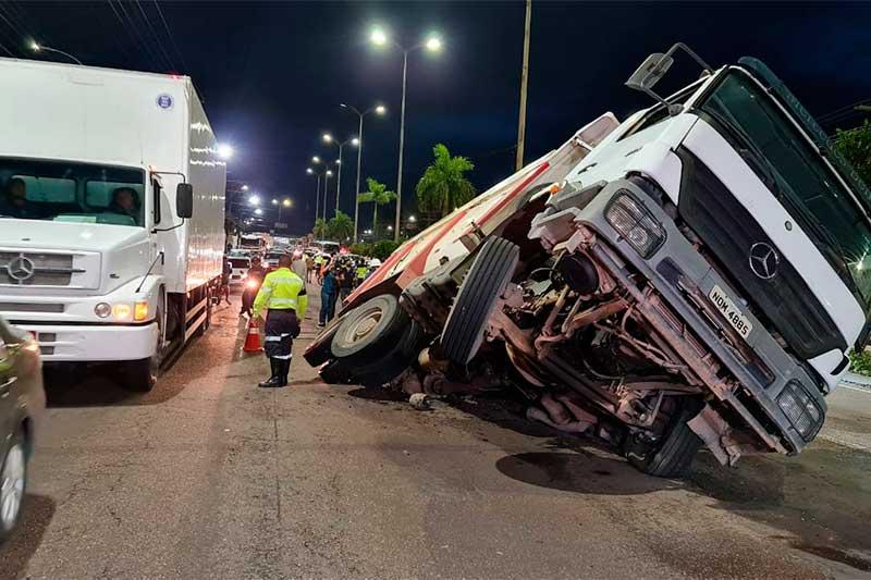 Caçamba caiu em buraco aberto com o peso do veículo (Foto: IMMU/Divulgação)