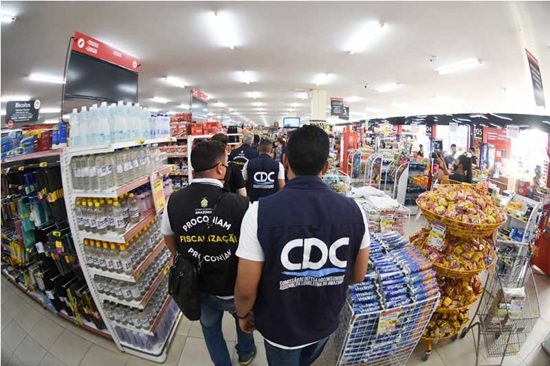 Técnicos verificam preços em supermercado: cesta básica teve aumento de 44,1% (Foto: CDC-ALE/Divulgação)