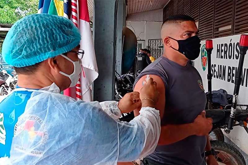 Policial Militar recebe vacina contra a Covid-19 (Foto: PM Benjamin Constant)