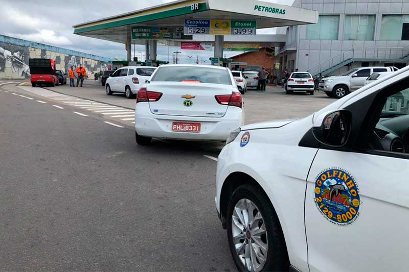 Taxistas abasteceram 20 litros de gasolina a R$ 3,50 (Foto: Murilo Rodrigues/ATUAL)