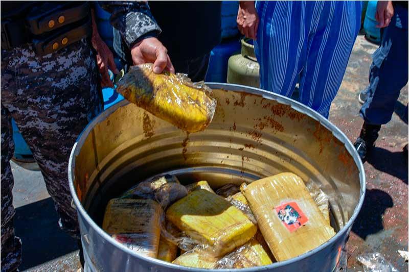 Tonéis de óleo também tinha drogas (Foto: Pelegrine Neto/SSP-AM)