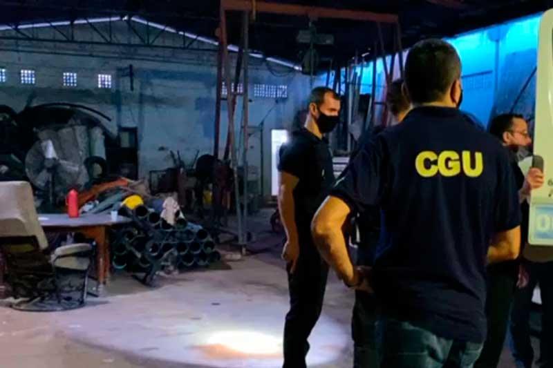 Agentes da PF e CGU inspecionam depósito na Operação Ínvio (Foto: PF/Divulgação)