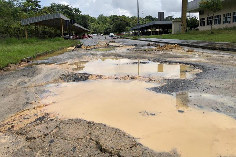 Buracos, poças de água e ondulaões dificultam aulas práticas de direção (Foto: Murilo Rodrigues/ATUAL)