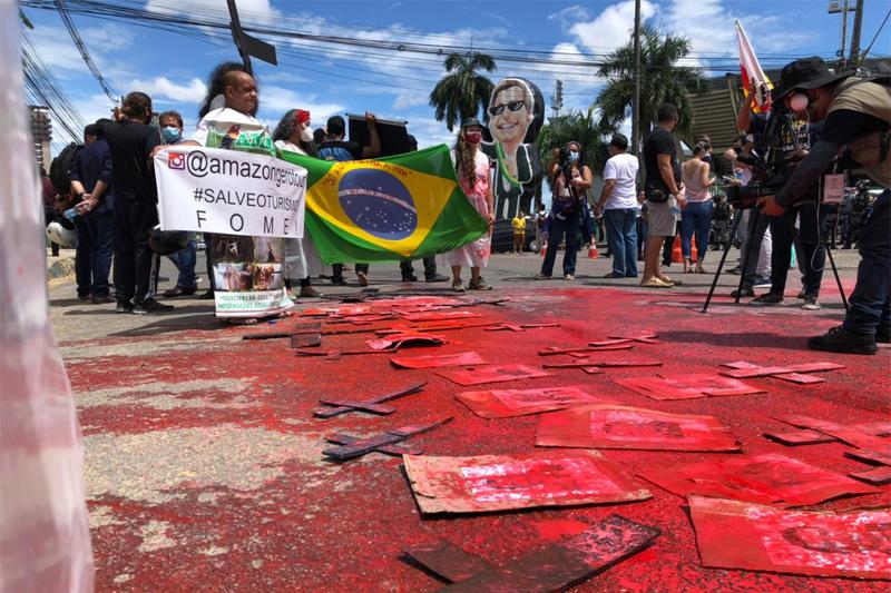 Boneco com rosto de Bolsonaro foi usado por manifestantes em protesto (Foto: Murilo Rodrigues/ATUAL)