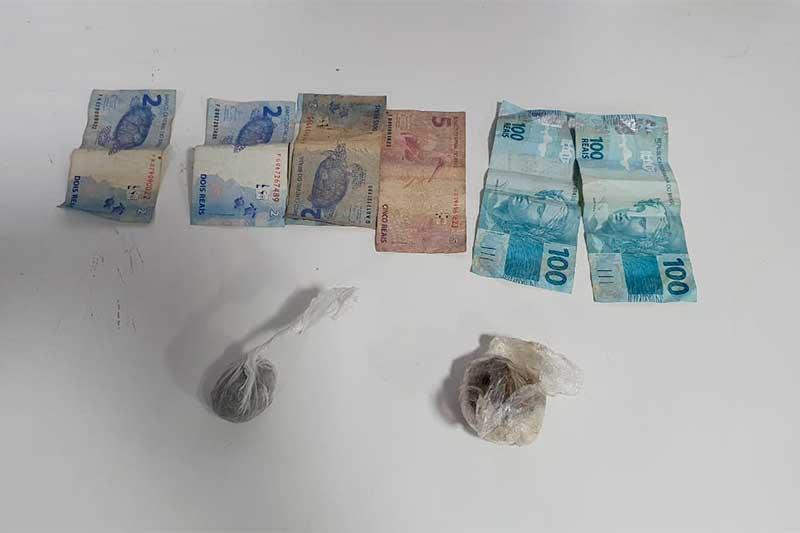 Dinheiro e drogas foram encontrados com jovem em barco (Foto: SSP-AM/Divulgação)