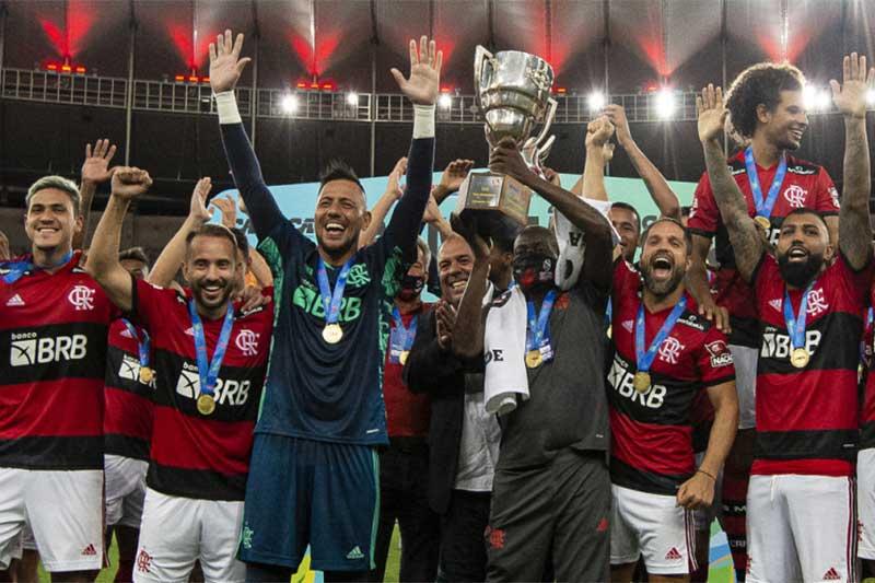 Jogadores ergueram a taça na festa de campeão da Guanabara (Foto: Alexandre Vidal/Flamengo)