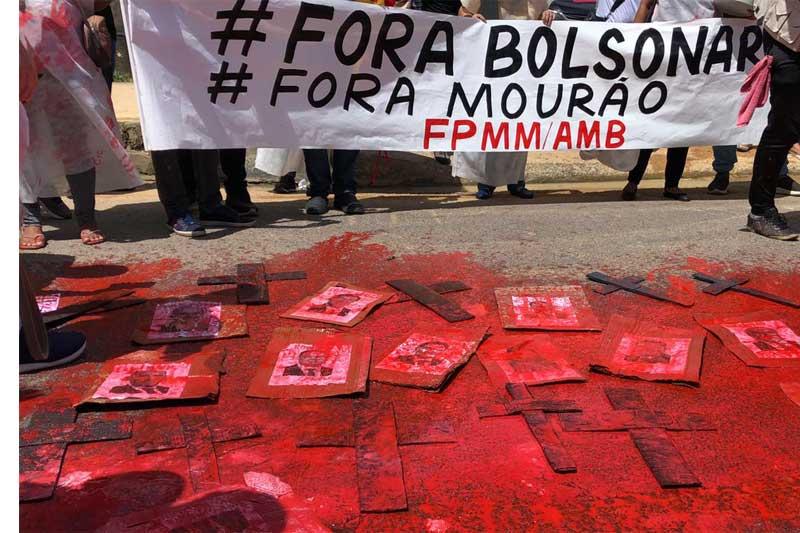 Manifestante exibiram cruzes e tinta para simbolizar sangue na pandemia (Foto: Murilo Rodrigues/ATUAL)