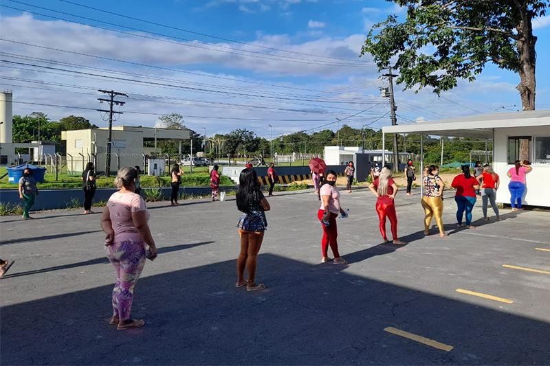 Mulheres em fila para visita em presídio de Manaus: restrição para grávidas (Foto: Seap/Divulgação)