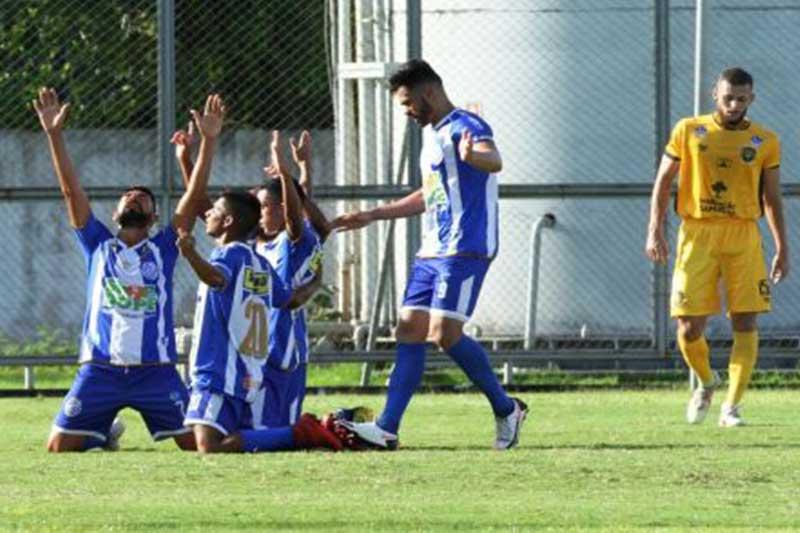 Jogadores do São Raimundo comemoram gol e classificação (Foto: Antonio Assis/FAF)