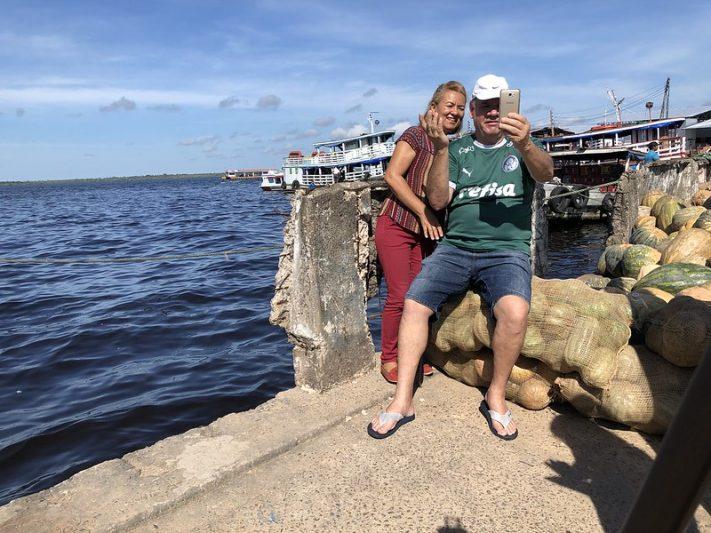 Inês da Graça e Silas Pavinato registram cheia no Porto da Manaus Moderna (Foto: Murilo Rodrigues/ATUAL)