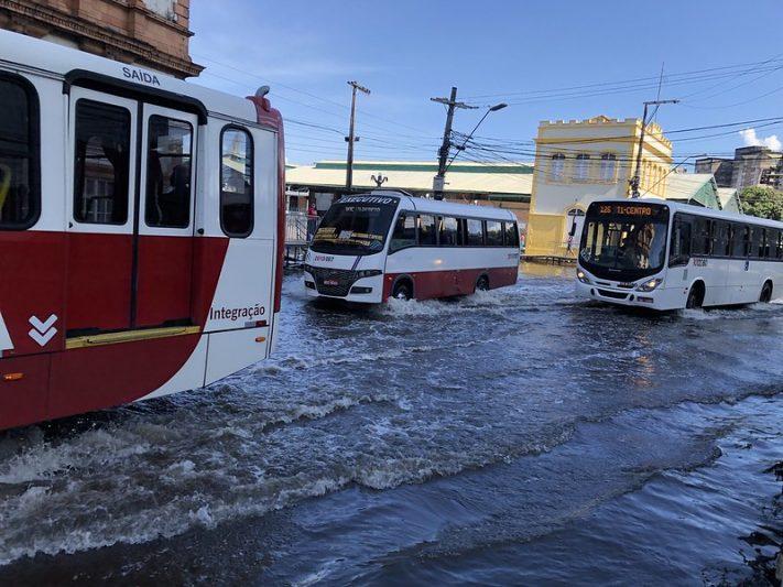 Motoristas precisaram reduzir velocidade na Avenida Floriano Peixoto por conta da cheia do Rio Negro (Foto: Murilo Rodrigues/ATUAL)