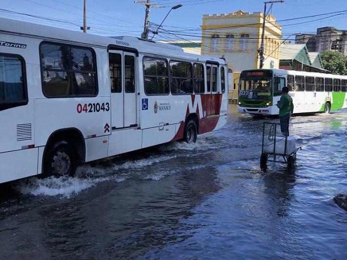 Cheia do Rio Negro compromete tráfego de veículos e de pedestres no Centro de Manaus (Foto: Murilo Rodrigues/ATUAL)