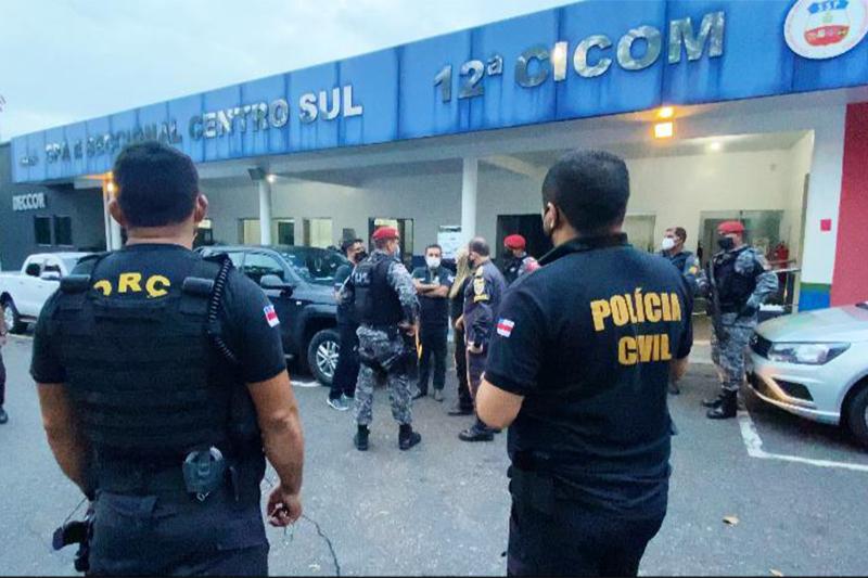 Policiais cumprem mandados de busca e apreensão (Foto: SSP-AM/Divulgaão)