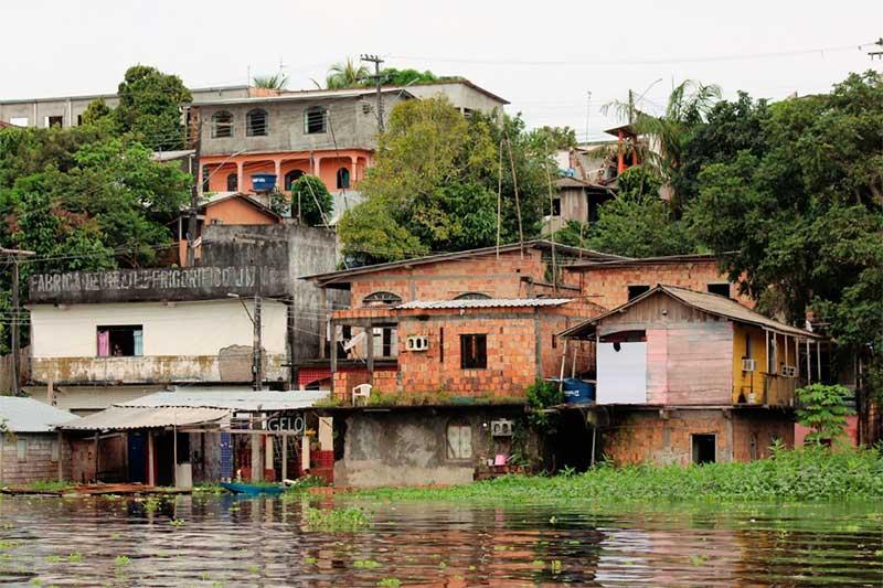 Algumas casas já foram inundadas pelo lago (Foto: Walter Calheiros)