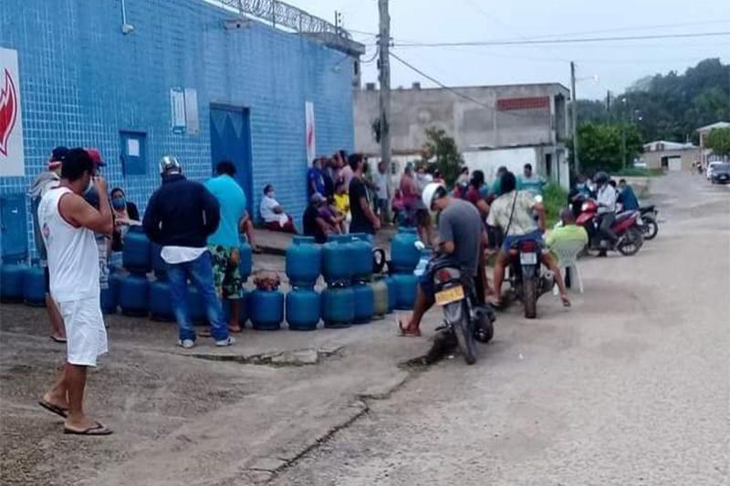 Consumidores aguardam em fila para comprar gás (Foto: DPE-AM/Divulgação)