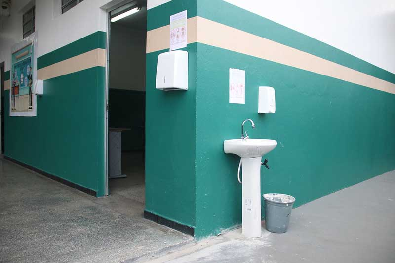 Pia e frasco com álcool em gel foram instalados nas escolas (Foto: Eliton Santos/PMM Semcom)