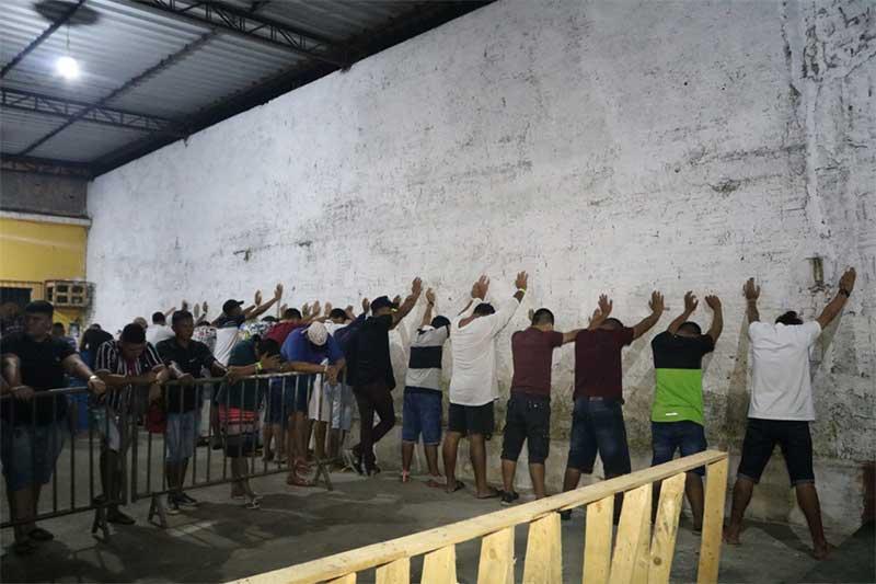 Frequentadores foram revistados e-liberados-pela polícia (Foto: Pelegrine Neto/SSP-AM)