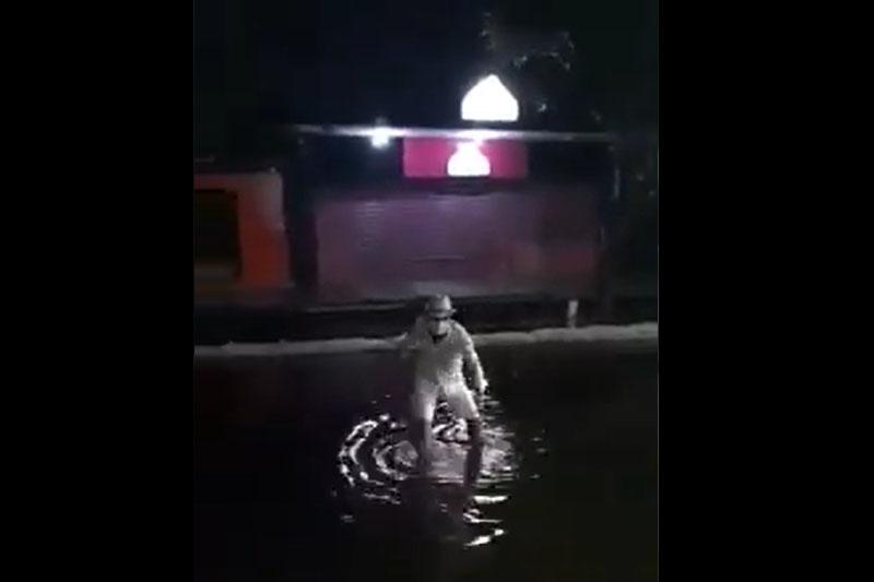 Homem de branco se exibiu em trecho alagado no Centro de Manaus (Foto: Twitter/Reprodução)
