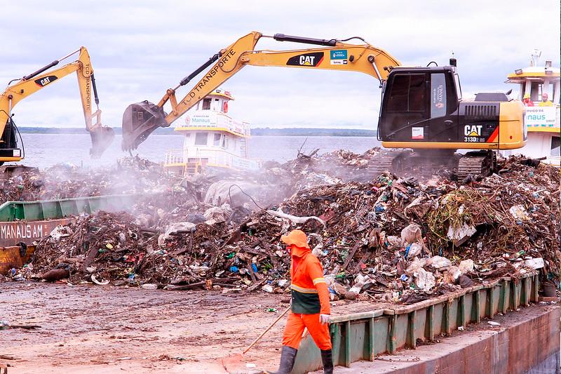 Lixo retirado do Rio Negro