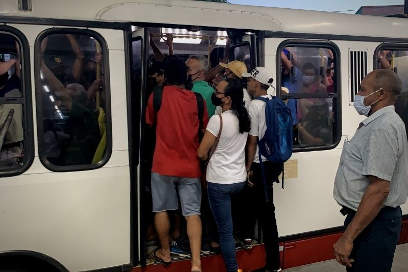 Passageiros se aglomeram em linha de ônibus no Terminal 3, Cidade Nova (Foto: Alessandra Taveira/ATUAL)