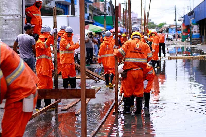 Passarelas de madeira são construídas para acesso dos pedestres (Foto: Valdo Leão/PMM Semcom)
