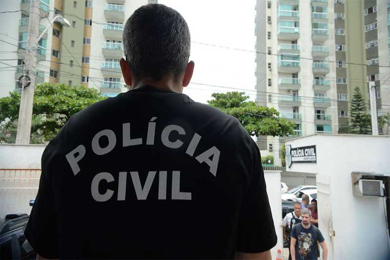 Policiais civis cumprem mandados de prisão (Foto: Tânia Rêgo/ABr)