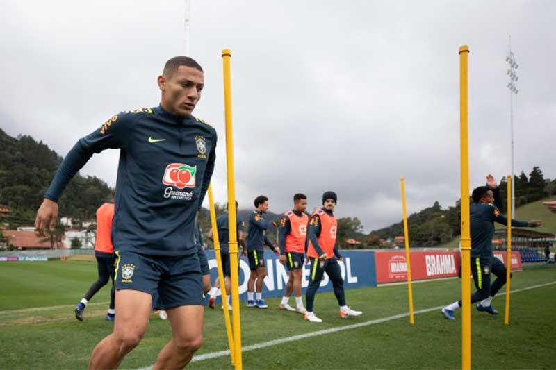 Richarlison em treino da Seleção: jogos na TV aberta (Foto: Lucas Figueiredo/CBF)
