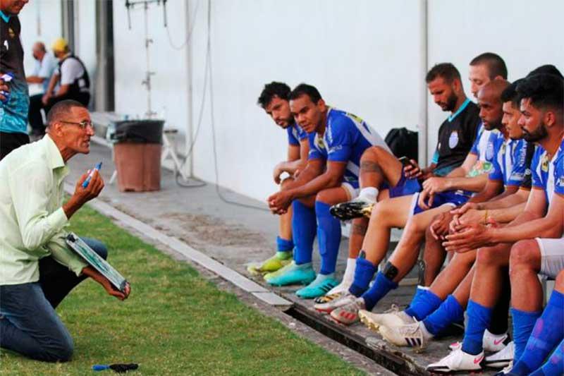 Técnico Sérgio Duarte orienta jogadores: vaga na decisão (Antônio Assis/FAFA-AM)