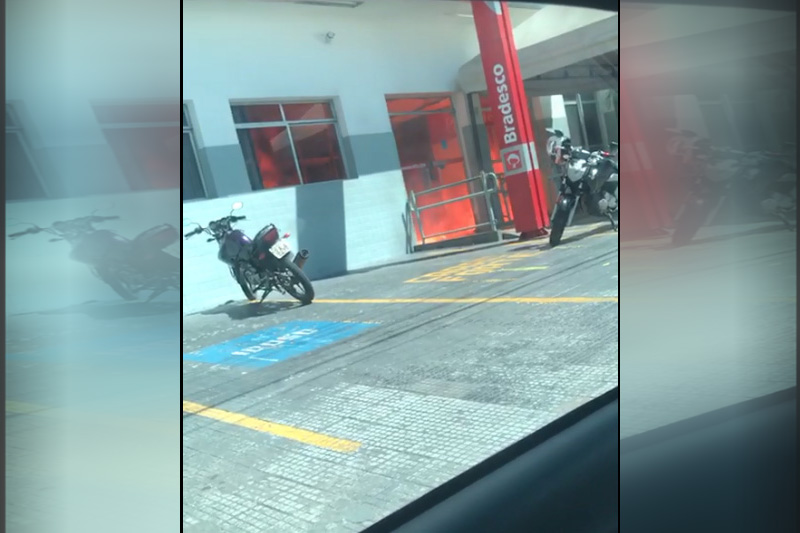 Bandidos tentaram incendiar agência do Bradesco na Compensa (Foto: Instagram/Reprodução)