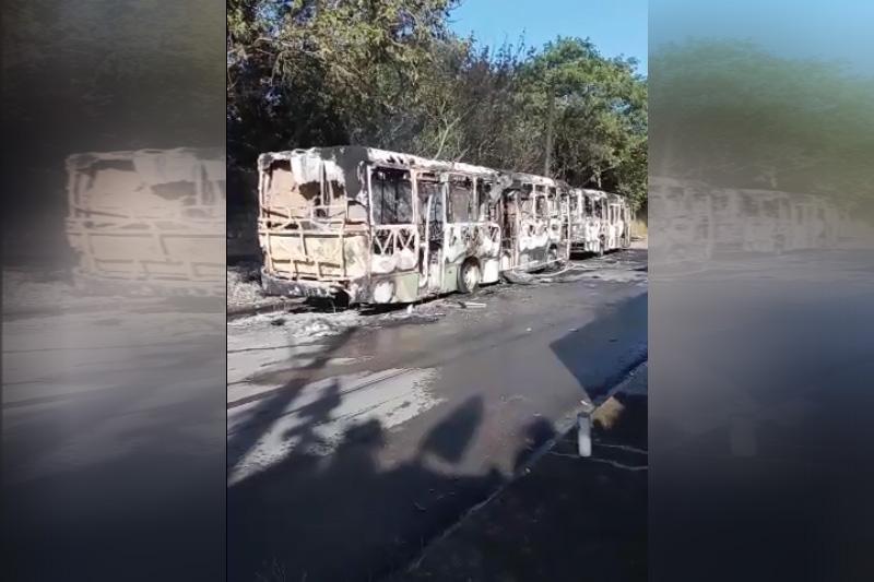 Carcaças de ônibus após destruição: atos criminosos (Foto: redes sociais/Reprodução)