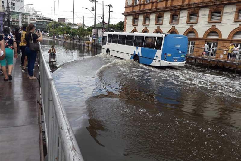 Trecho da Rua Floriano Peixoto, no Centro de Manaus: rio invade o asfalto (Foto: Marli Amazonas/Divulgação)