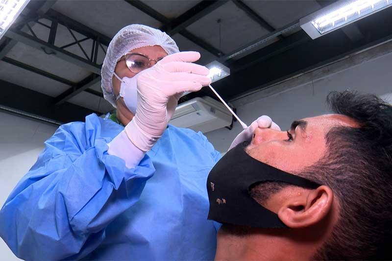 Coleta de secreção nasal para exame: prevenção contra variantes (Foto: FVS-AM/Divulgação)