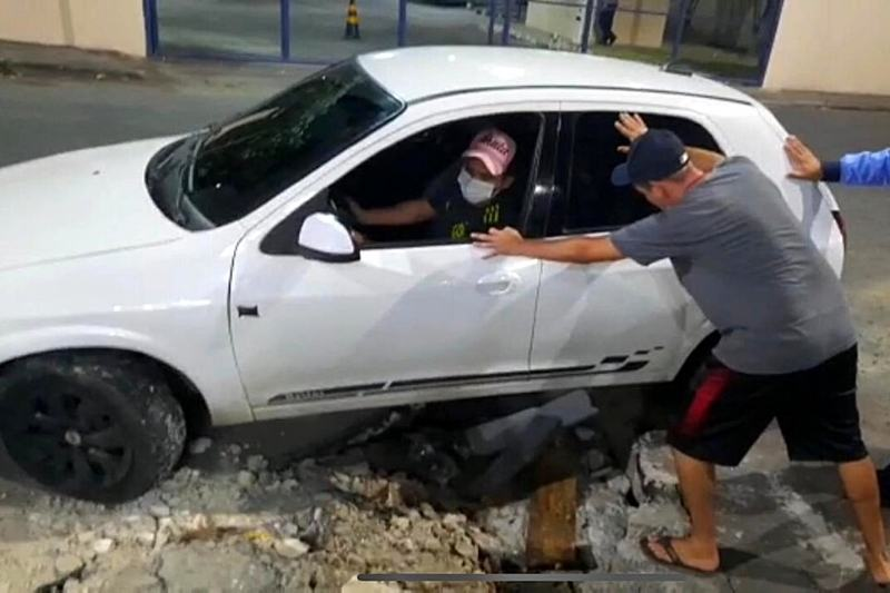 Carros precisaram ser empurrados (Foto: Reprodução/YouTube)