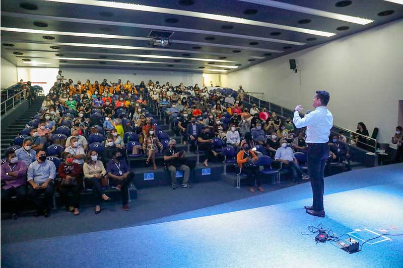 David Almeida anuncia pagamento a trabalhadores da Semed (Foto: Ruan Souza/PMM Semcom)